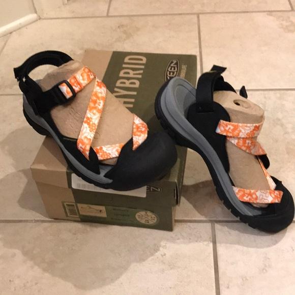 4822c1f5d002 Keen sandal in orange and white print 9